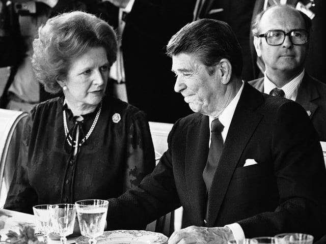 Margaret Thatcher und Ronald Reagan bei einem G7-Gipfel 1982 in Versailles.