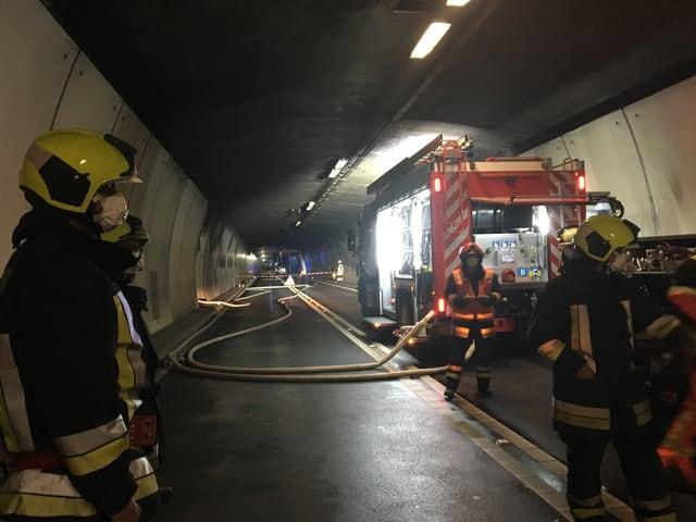Feuerwerhleute im San-Bernardino-Tunnel
