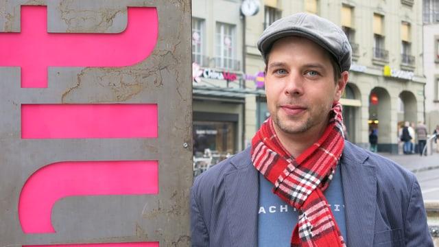 Festivaldirektor Olivier van der Hoeven vor einer Säule mit der Aufschrift Shnit