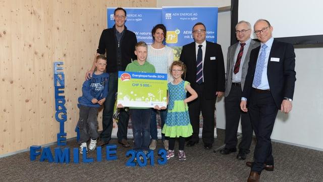 Familie Gautschi und Hubert Zimmermann, (CEO der AEW Energie AG), Werner Leuthard (Leiter Abteilung Energie Kanton Aargau) und Daniel Schibli (CFO der AEW Energie AG), von rechts nach links.