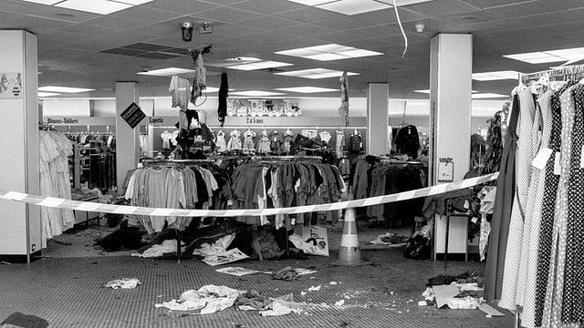 Durch Sprengstoff beschädigtes Warenhaus.