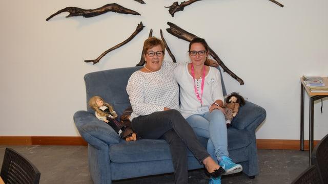 Regina Caminada e Nicole Candinas sin in canapè