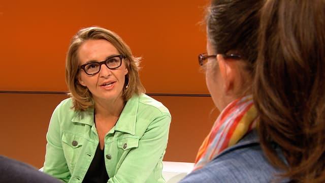 Sonja Hasler während einem Interview mit einer Schülerin.