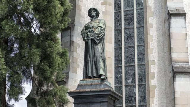 Eine Statue von Zwingli vor einer Kirche