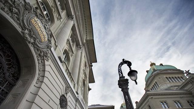 Links das Gebäude der SNB in Bern, rechts die Bundeshauskuppel.