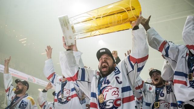 ZSC-Spieler stemmen den Siegerpokal in die Höhe.