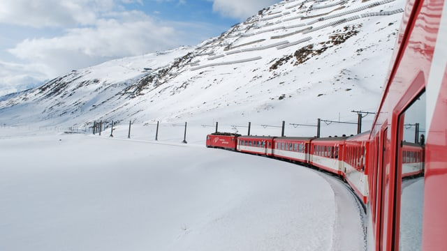 Tren da la viafier Matterhorn Gottard sin il pass dal Alpsu