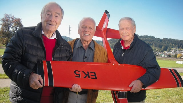 Heino Orbini, WAM und Peter Bigler: WAM trifft die Lockvögel Heino Oribini und Peter Bigler mit dem Originalflugzeug, das beim Dreh von «Söll emol cho» verwendet wurde.