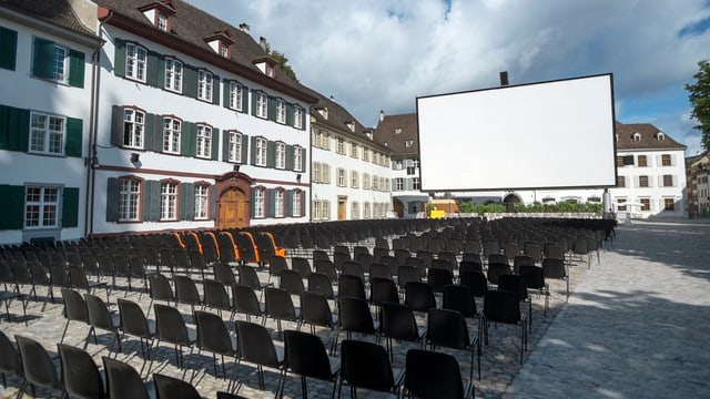Das Openair-Kino «Orange Cinema» auf dem Münsterplatz in Basel