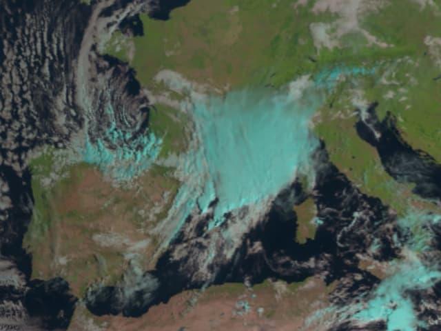 Im Sattellitenbild sind dichten Wolken über dem westlichen Mittellmeer erkennbar.