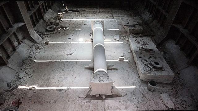 Griechische Säule, die im Innern eines Schiffes liegt.