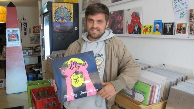 Leadsänger Philipp Albrecht mit der neuen Platte von Min King im eigenen Plattenladen an der Schaffhauser Neustadt.