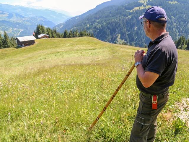 Heinz Feldmann contempla il prà nua che las vatgas en stadas.