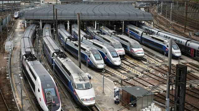 Divers trens da la SNCF en ina staziun da la Frantscha.