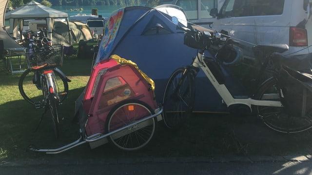 Zwei E-Bike und ein Veloanhänger stehen vor dem Igluzelt.