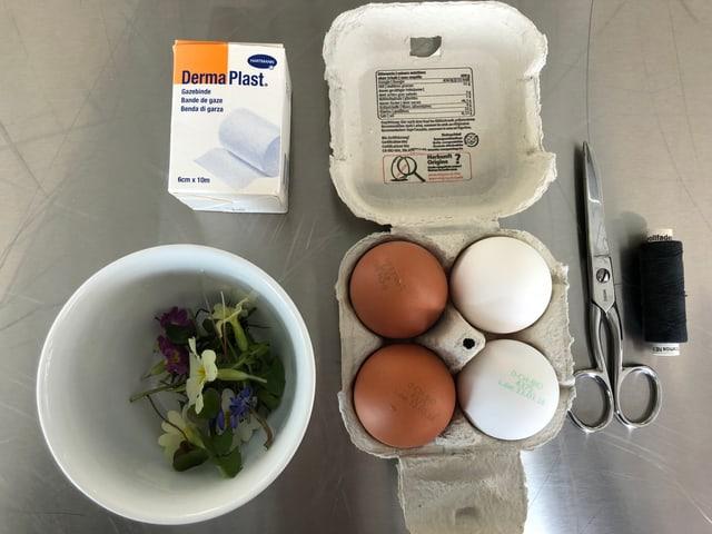 Eier, Blüten, Gazebinde, Schnur und Schere
