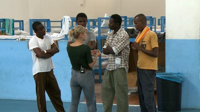 Vier junge Asylberwerber im Gespräch mit der Reporterin.