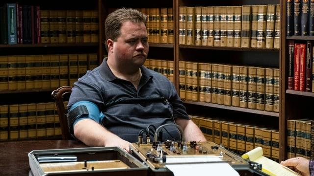 Richard Jewell (Paul Walter Hauser) beim Lügendetektor-Test.