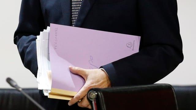 Laurent Fabius mit Dokumenten unter dem Arm.