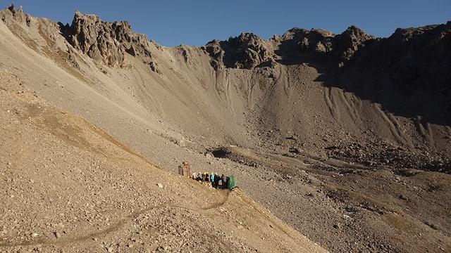 L'entrada da la miniera. Davos la muntogna vai vers Arosa.