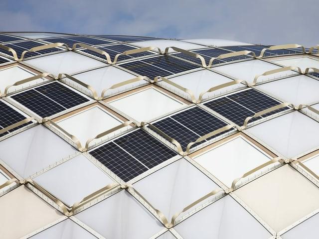 Die Fassade mit Solarelementen.