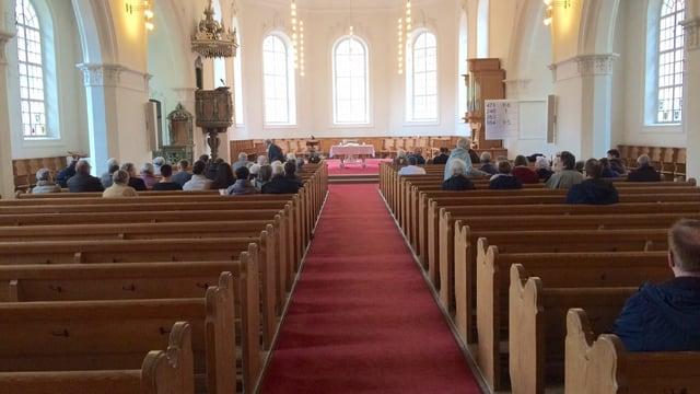 Kirche von Innen - ziemlich viele Plätze bleiben am Sonntagsgottesdienst leer