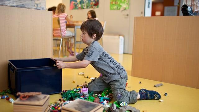 Ein Kind spielt in einer Kinderkrippe (Symbolbild)