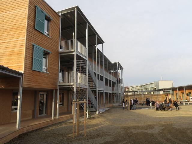 Mehrstöckiges Gebäude aus Holz mit Innenhof
