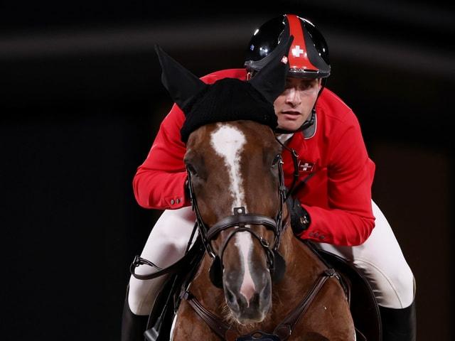 Bryan Balsiger sitzt fokussiert auf seinem Pferd.