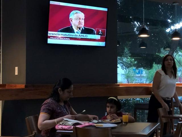 Lopez Obrador auf einem Bildschirm in einem Restaurant