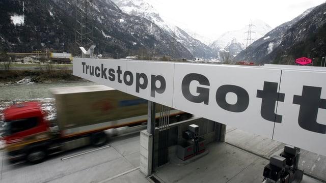 Lastwagen im Schwerverkehrszentrum Uri in Erstfeld