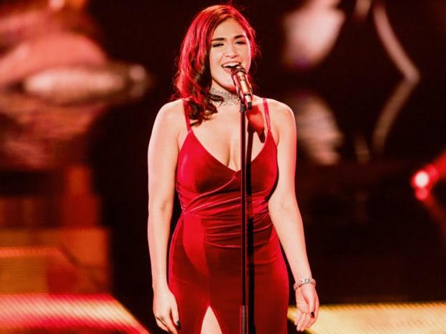 Miruna singt auf der Bühne
