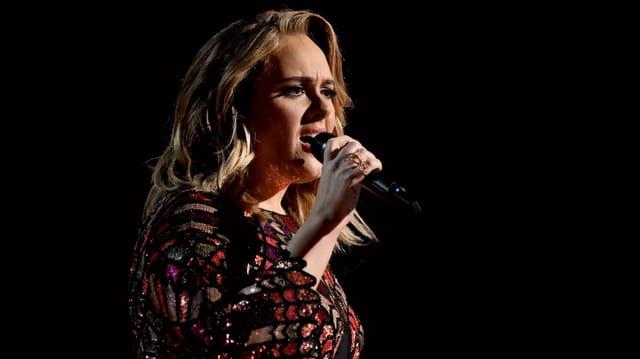 Eine Frau singt auf einer Bühne