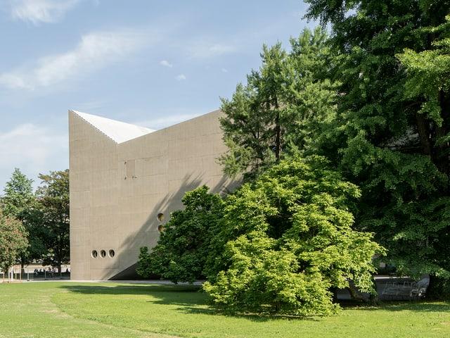 Der Anbau des Landesmuseums ist ein markanter Betonbau.
