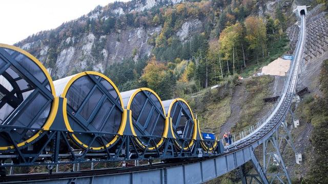 Das Bild zeigt die neue Stoosbahn, die aus vier runden Kabinen besteht.