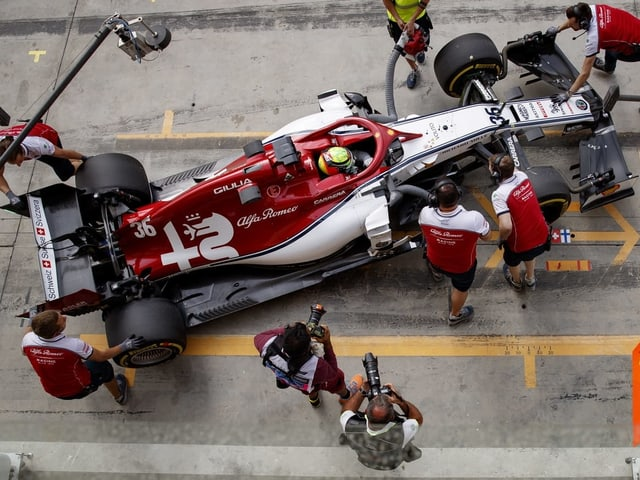 Mick Schumacher sitzt im Alfa-Romeo-Boliden.