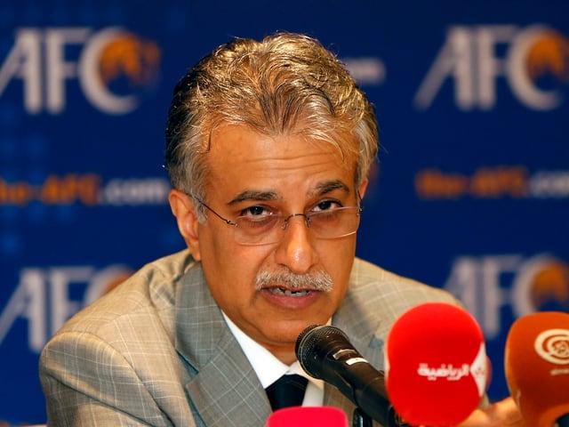 Scheich Salman bin Ibrahim al-Khalifa am Mikrofon einer Pressekonferenz