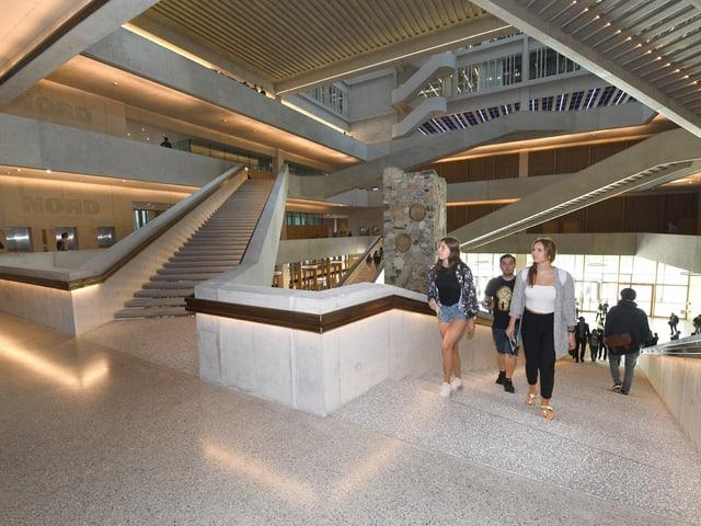 Blick in den Innenhof des neuen Gebäudes mit vielen verschiedenen Treppen.