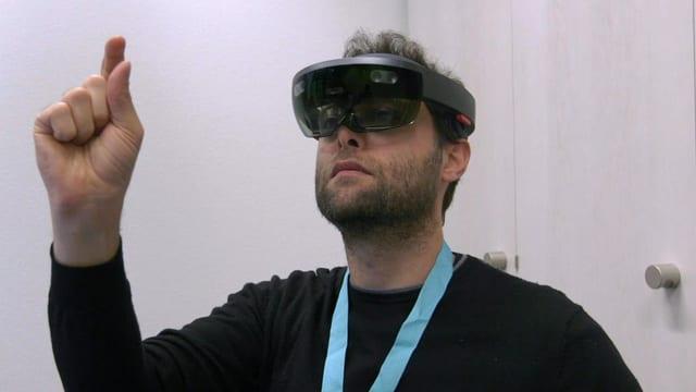 Mann mit Virtual-Reality-Brille, Finger in der Luft