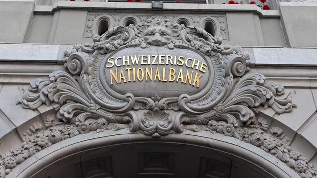 Schriftzug an einer Häuserfassade.