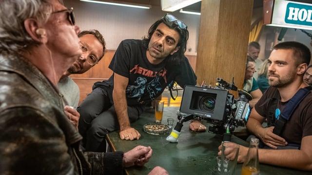 Filmset: Regisseur neben einem Kamermann