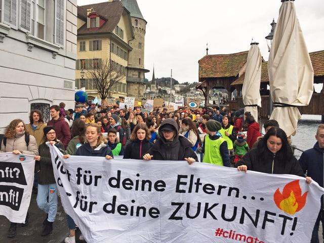 Am Klimastreik in Luzern: Jugendliche ziehen vom Rosengartplatz neben der Kapellbrücke Richtung Neustadt.