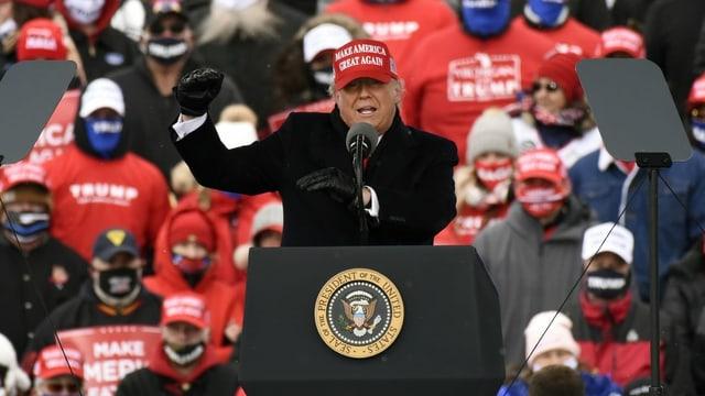 Donald Trump am Rednerpult vor seinen Anhängern.