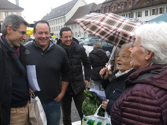 Leute auf dem Markt.