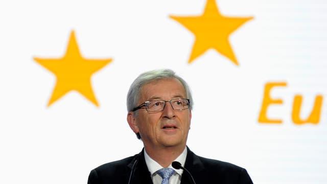 Porträt Jean-Claude Juncker. Im Hintergrund sind EU-Sterne zu sehen.