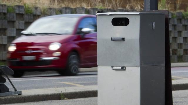 Ein Radargerät misst die Geschwindigkeit von Fahrzeugen.