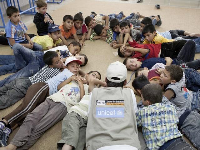 UNICEF und Terre des hommes bieten verschiedene Programme an, damit Kinder Kriegstraumata verarbeiten können.