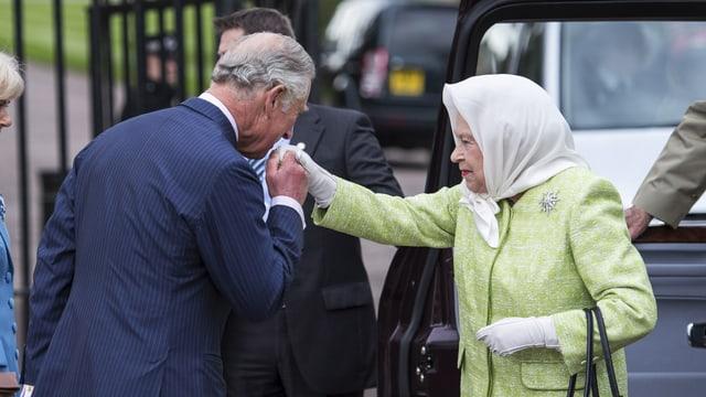 Prinz Charles begrüsst seine «Mummy» die Queen mit einem Handkuss.