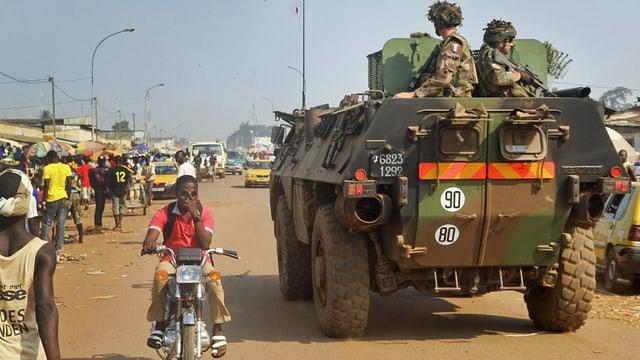 Soldaten auf Militärfahrzeug.
