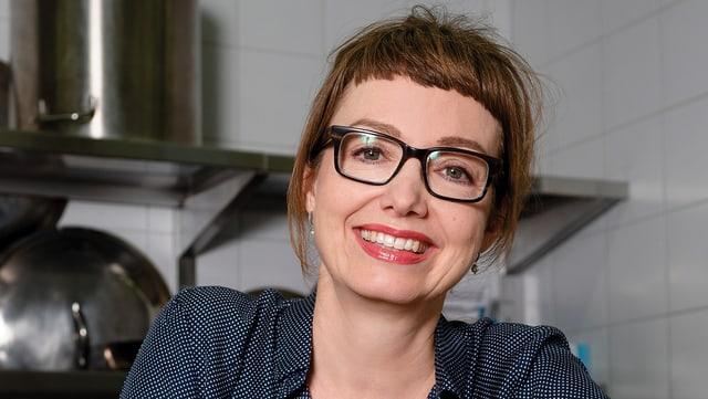 Porträt von Maja Brunner in der Küche.